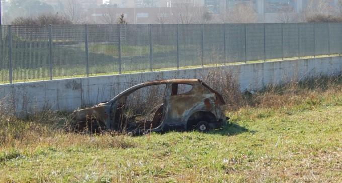 Guidonia/Carcasse di macchine, rifiuti e tombini scoperti: Via delle Gerbere assediata dal degrado