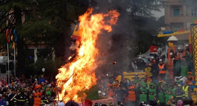 Guidonia/Le nuvole non fermano i Carri: la sfilata si chiude con Re Carnevale in fiamme e l'appuntamento al prossimo anno