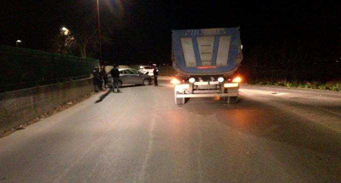 Guidonia/Via della Longarina, frontale tra camion e macchina: due feriti