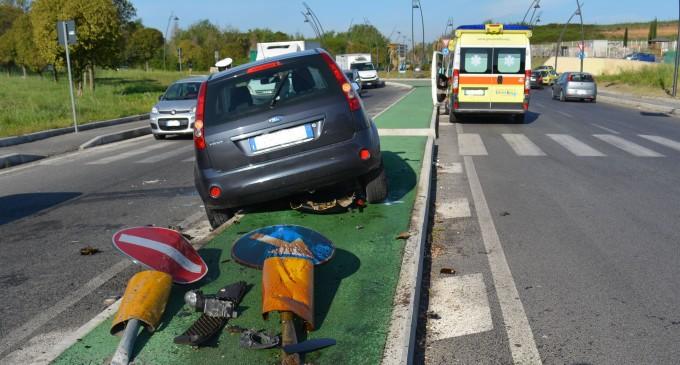 """Guidonia/""""Carambola"""" sulla Tiburtina: una macchina finisce contro uno spartitraffico"""