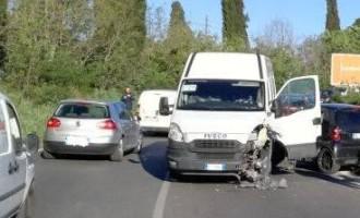 Guidonia/Frontale tra furgone e Smart sulla Palombarese: 1 ferito